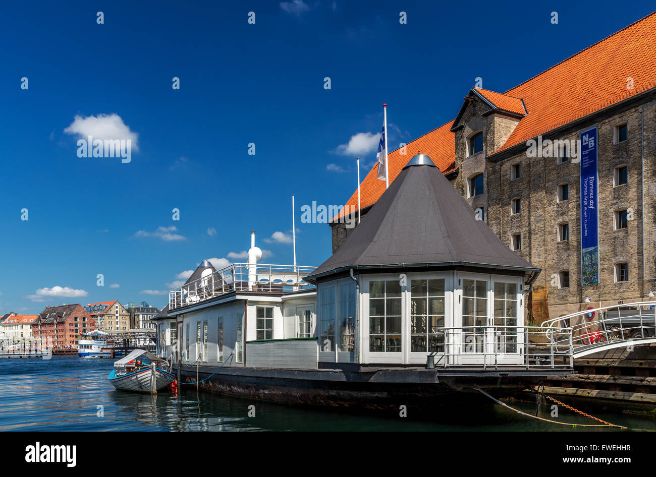House boat in front of Nordatlantens Brygge which also host the restaurant Noma,  Christianshavn, Copenhagen Harbour, - Stock Image