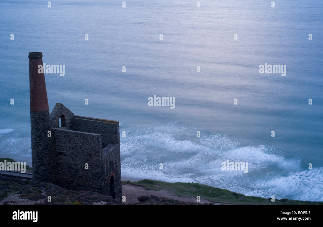 Last light at Wheal Coates tin mine, Chapel Porth with a view of the North Atlantic Ocean in the distance - Stock Image