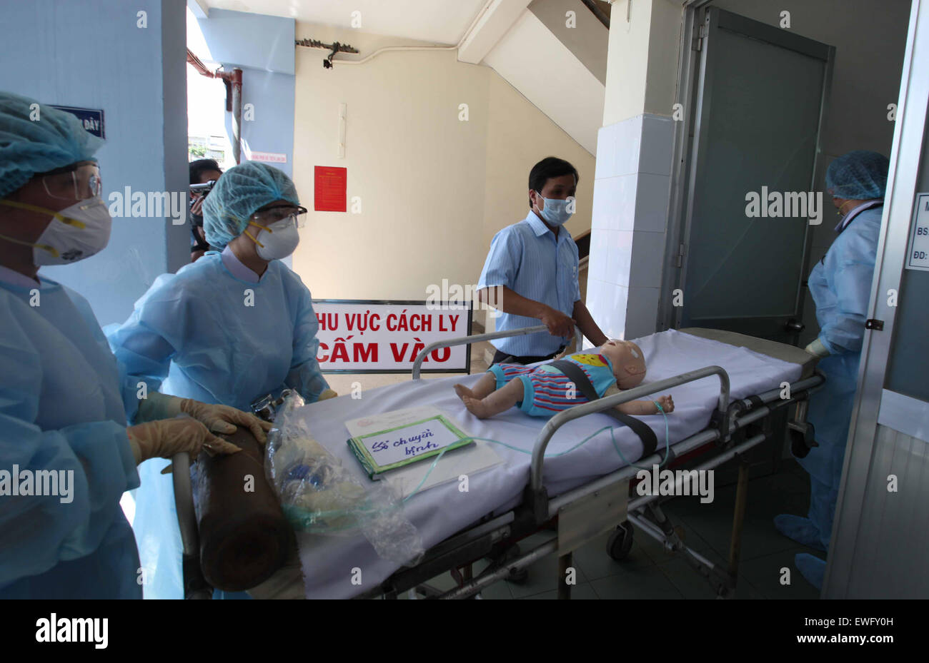 (150625) -- HO CHI MINH CITY, June 25, 2015 (Xinhua) -- Medical staff participate in the emergency drill in anticipation - Stock Image