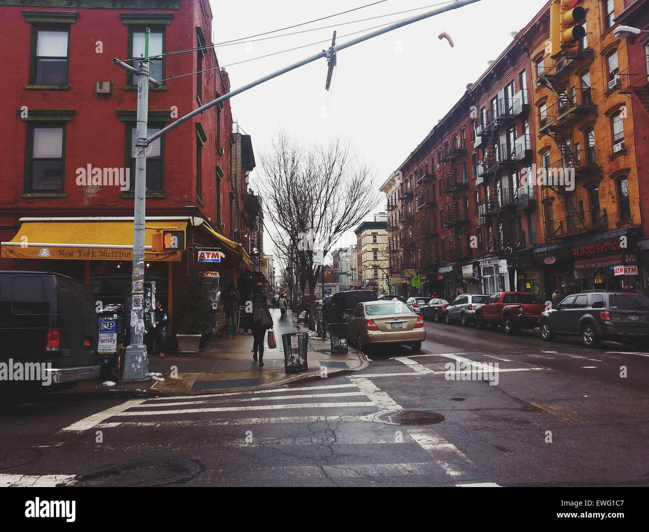 New York Street by Muffin Shop ATM Architecture Cars Crosswalk New York Muffins Street Streetlight automobile buildings - Stock Image