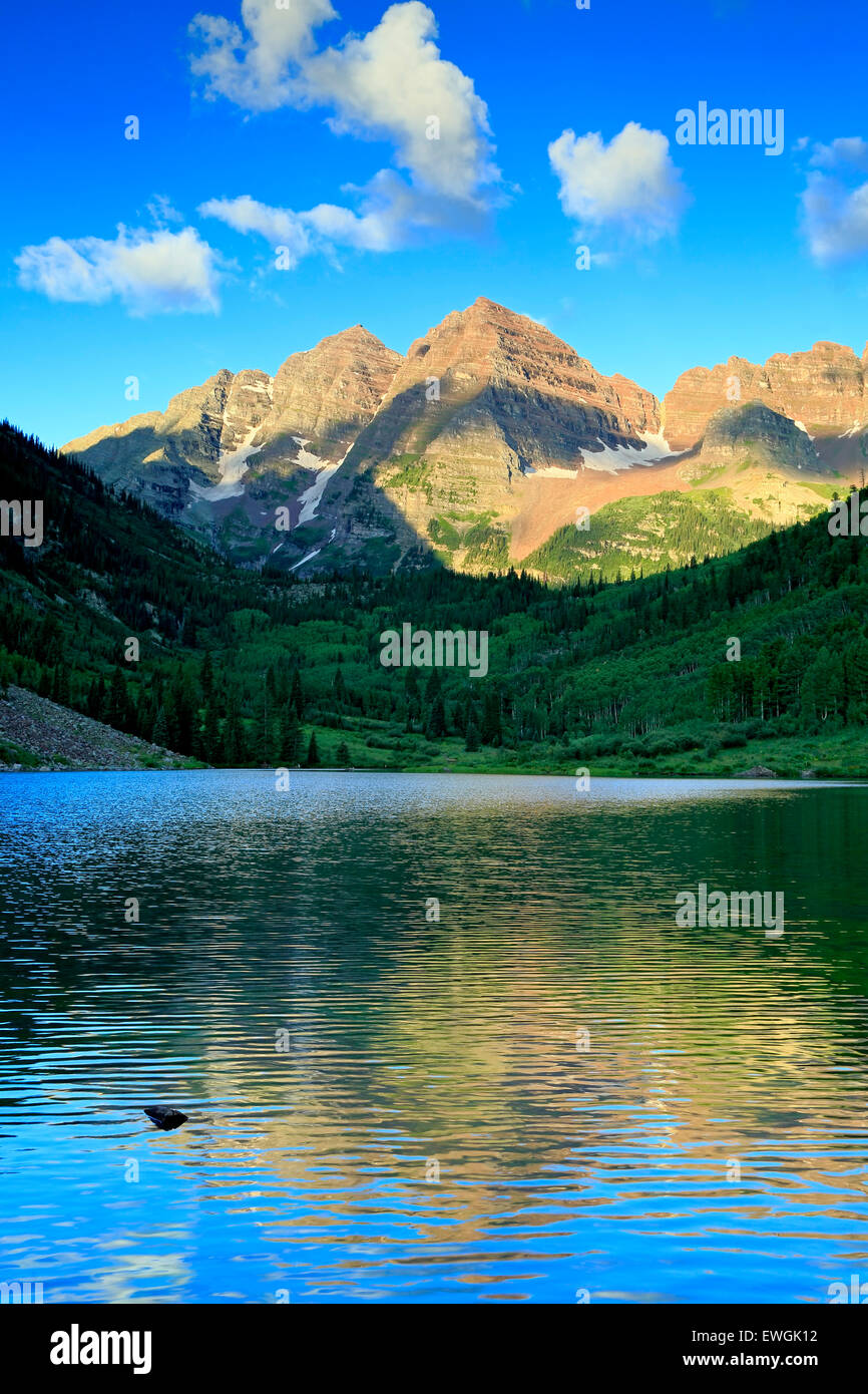 Maroon Bells reflected on Maroon Lake, White River National Forest, Aspen, Colorado USA - Stock Image