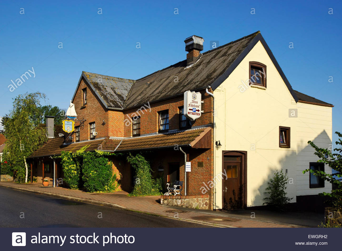 Altes Fährhaus — Old Ferryhouse — restaurant in Fahrdorf near the reconstructed Viking settlement of Haithabu, - Stock Image