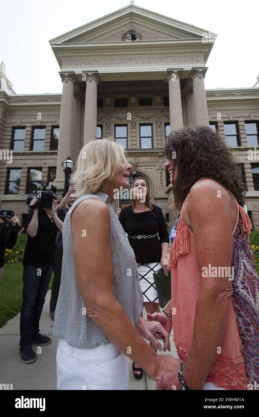 Mason, MI, USA. 26th June, 2015. Lee Chaney, left, and Dawn Chapel get married by county clerk Barb Byrum at the - Stock Image
