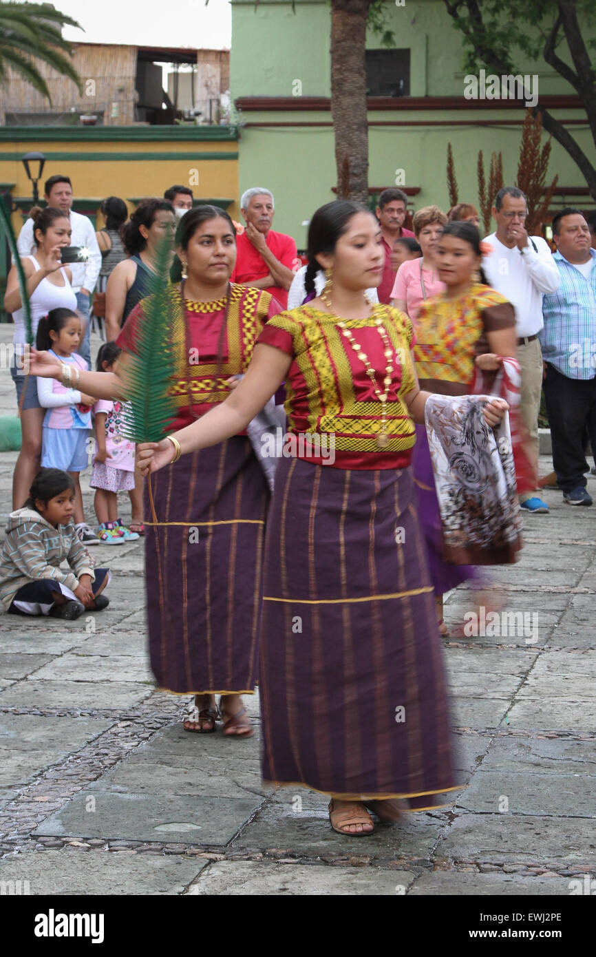 Mexican women in traditional costume performing traditional dance - Stock Image
