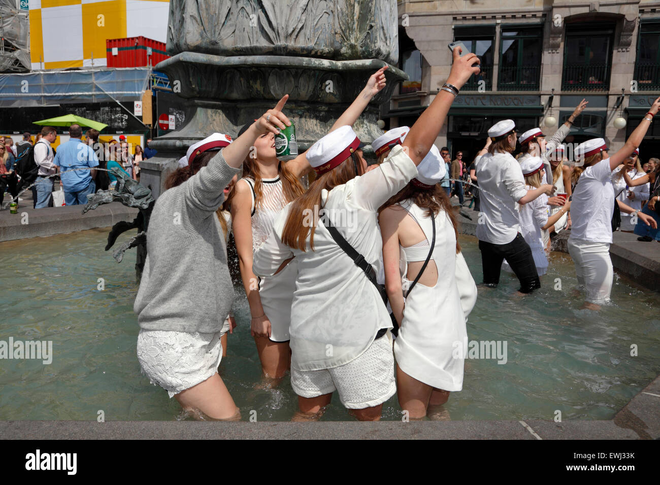 Copenhagen, Denmark. June 26, 2015. Danish students celebrate their high school graduation. A dance around and a - Stock Image