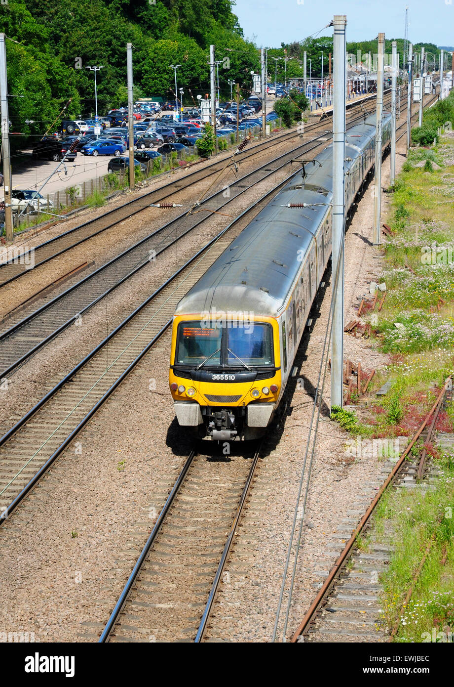 EMU 365510 leaves Hitchin, Hertfordshire with a southbound train to London King's Cross - Stock Image