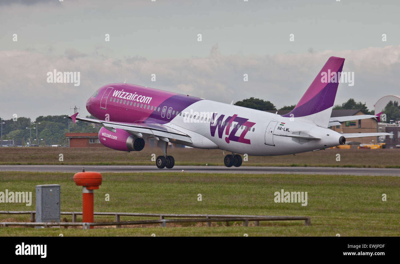 Wizz Air Airbus a320 HA-LWL taking off from London-Luton