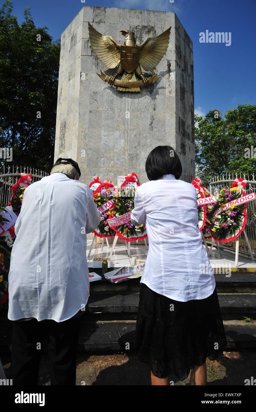 Pontianak, Indonesia. 28th June, 2015. People pray in front of the Juang Mandor Monument after a memorial ceremony - Stock Image