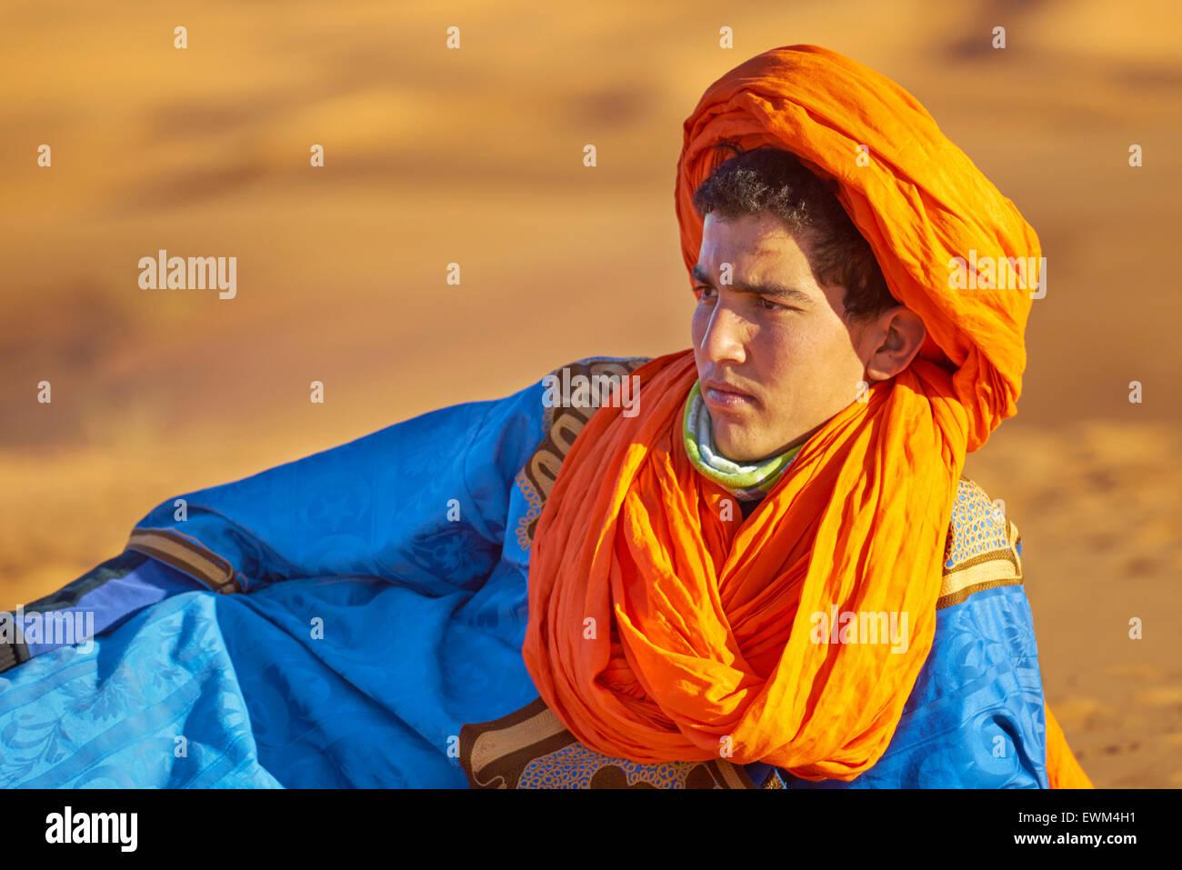 Young Berber man wearing a djellaba and turban, portrait, Egr Chebbi, Sahara, Morocco - Stock Image