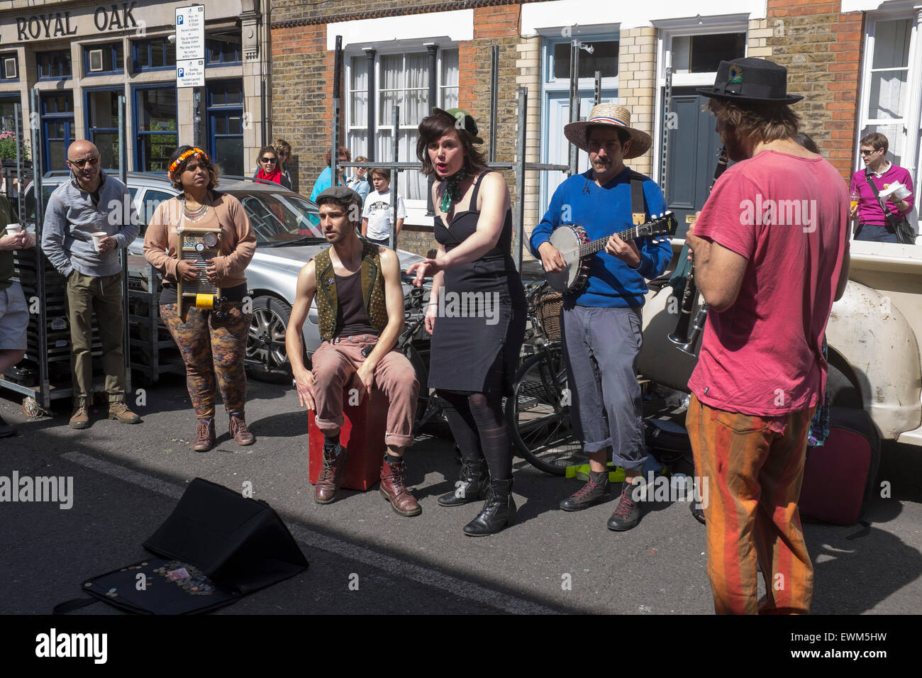 Street Entertainers or Buskers at Columbia Road Market London - Stock Image