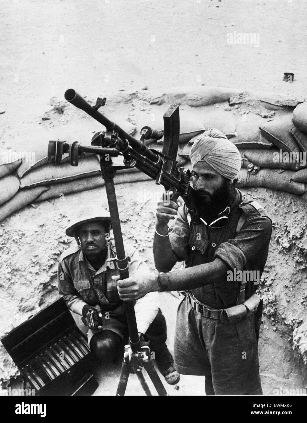 WW2   Indian soldier, in the Western Desert, on anti-aircraft duty with a bren gun awaiting attack made by enemy - Stock Image