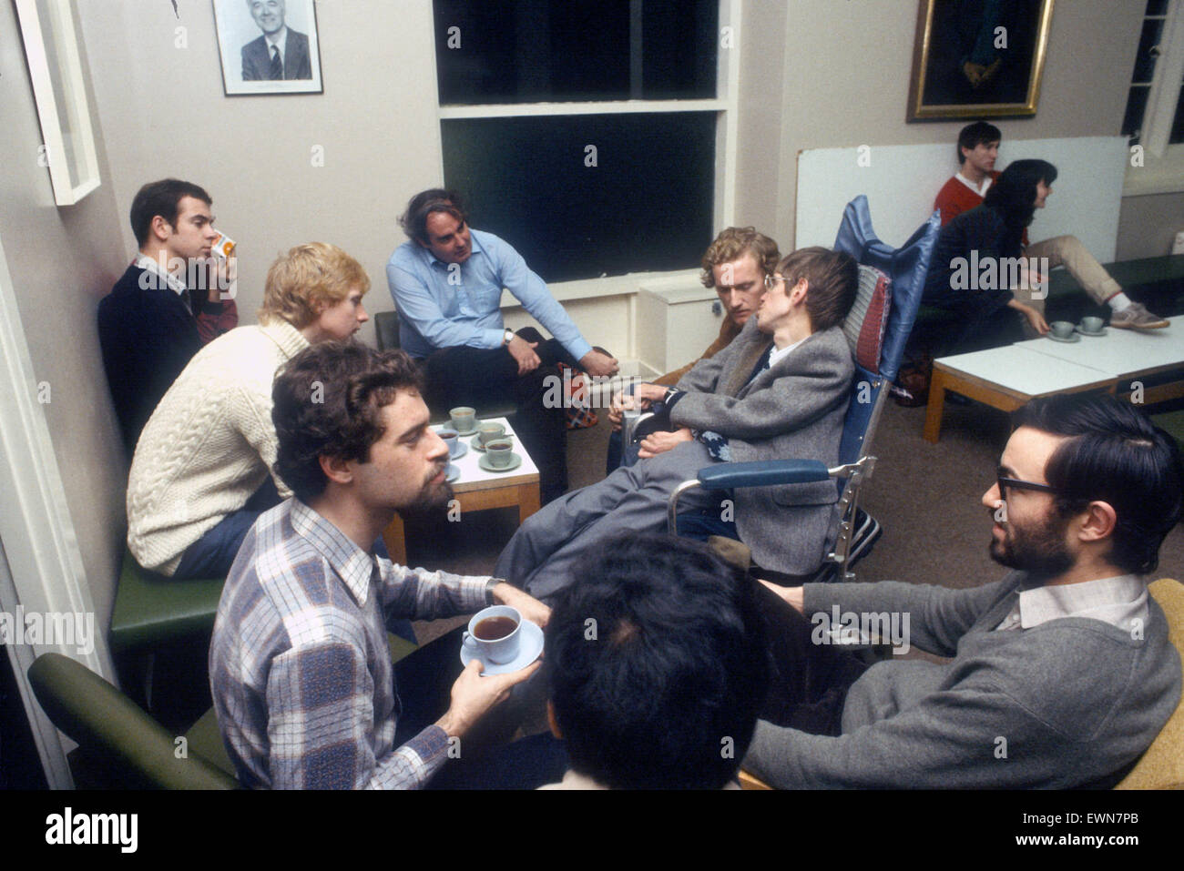 Stephen Hawkins Talks to post grad students during tea break - Stock Image