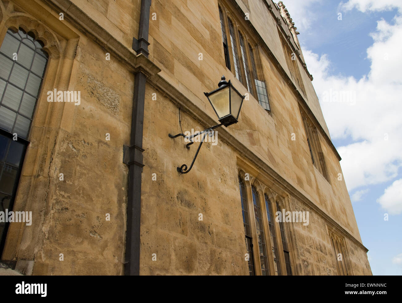 Angled view of Oxford building wall and lamp - Stock Image