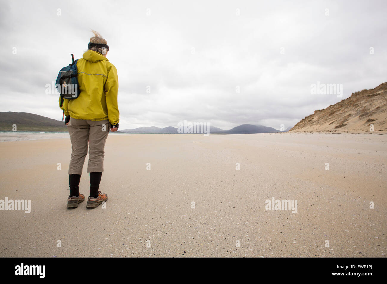 A woman on the famous Luskentyre Beach on the Isle of Harris, Outer Hebrides, Scotland, UK. - Stock Image