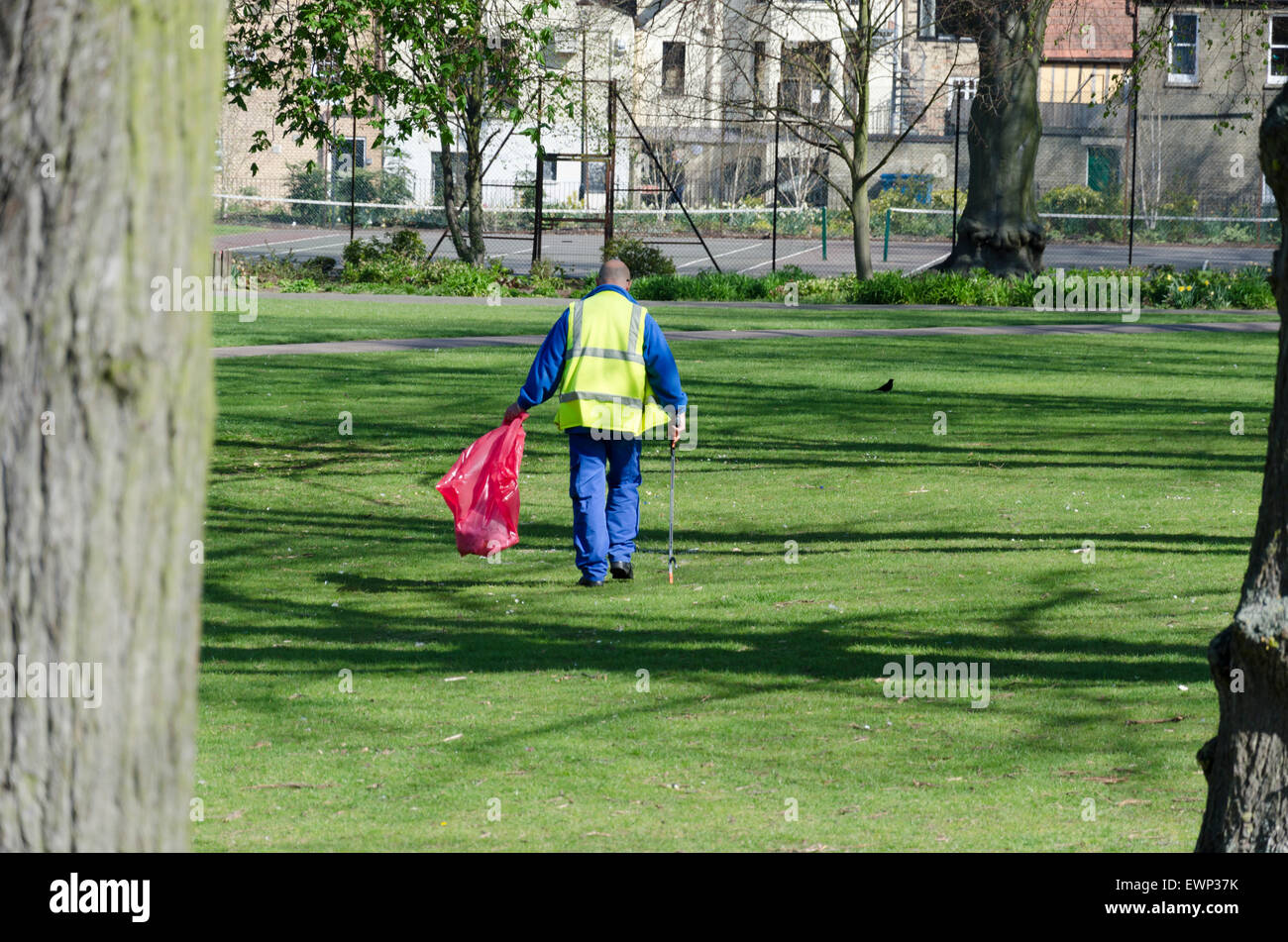 Council worker picking up litter on Christ's Pieces in Cambridge - Stock Image