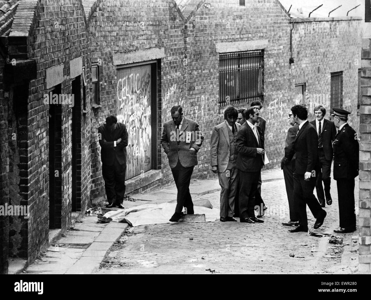 Detectives in the back lane behind St James's Terrace, looking for clues to the murder of Mary Ann Mckay. Known - Stock Image