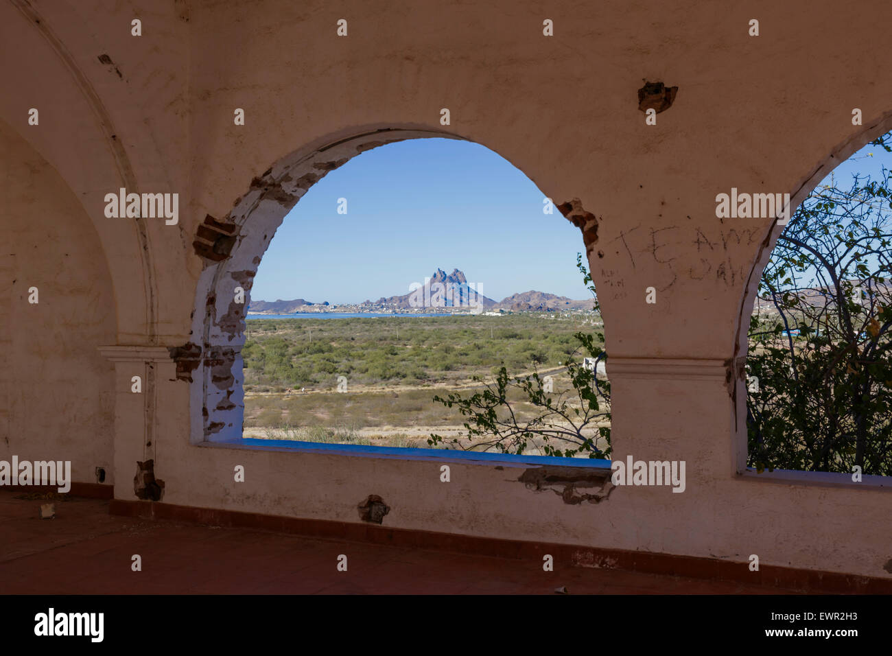 Large arch in this structure is of Spanish architectural design. Mount Tetakawi, Mexico in the distance - Stock Image
