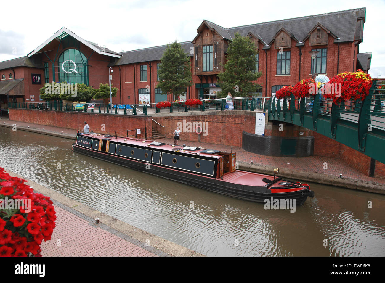 A narrowboat on the Oxford Canal in front of BanburyÕs Castle Quay shopping centre. - Stock Image