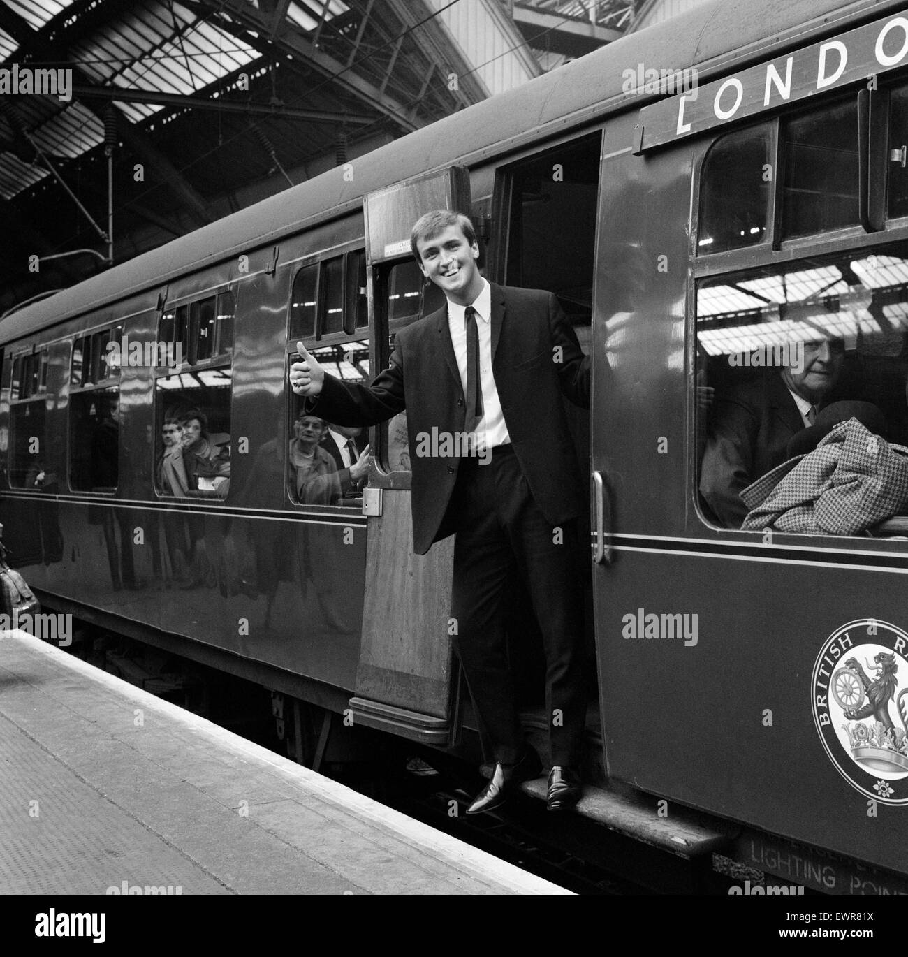 Andy Rankin, the Everton goalkeeper, gives the thumbs-up sign as he leaves Lime Street Station, Liverpool, for London - Stock Image