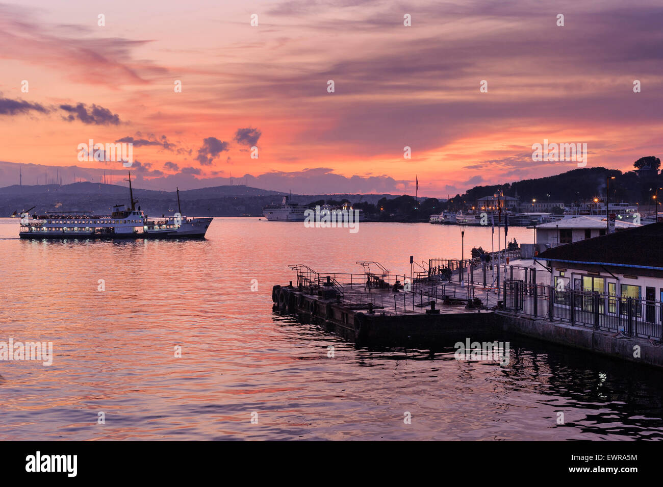 The Eminönü waterfront in Istanbul at dawn. - Stock Image