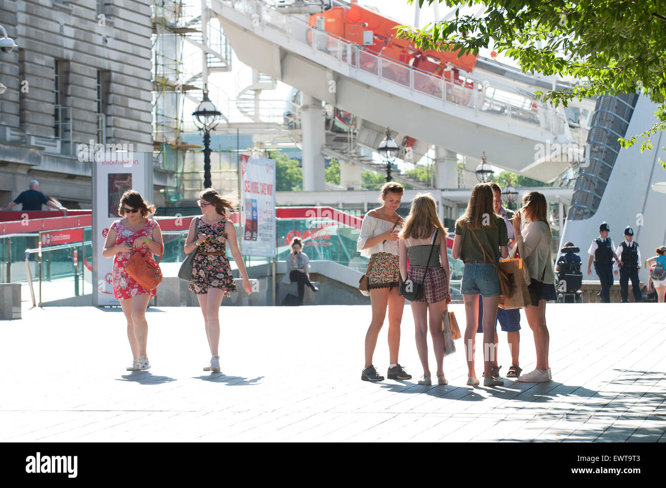 London, UK. 30th June 2015. People on the South Bank are dressed for the heatwave as Londoners experience a beautiful - Stock Image