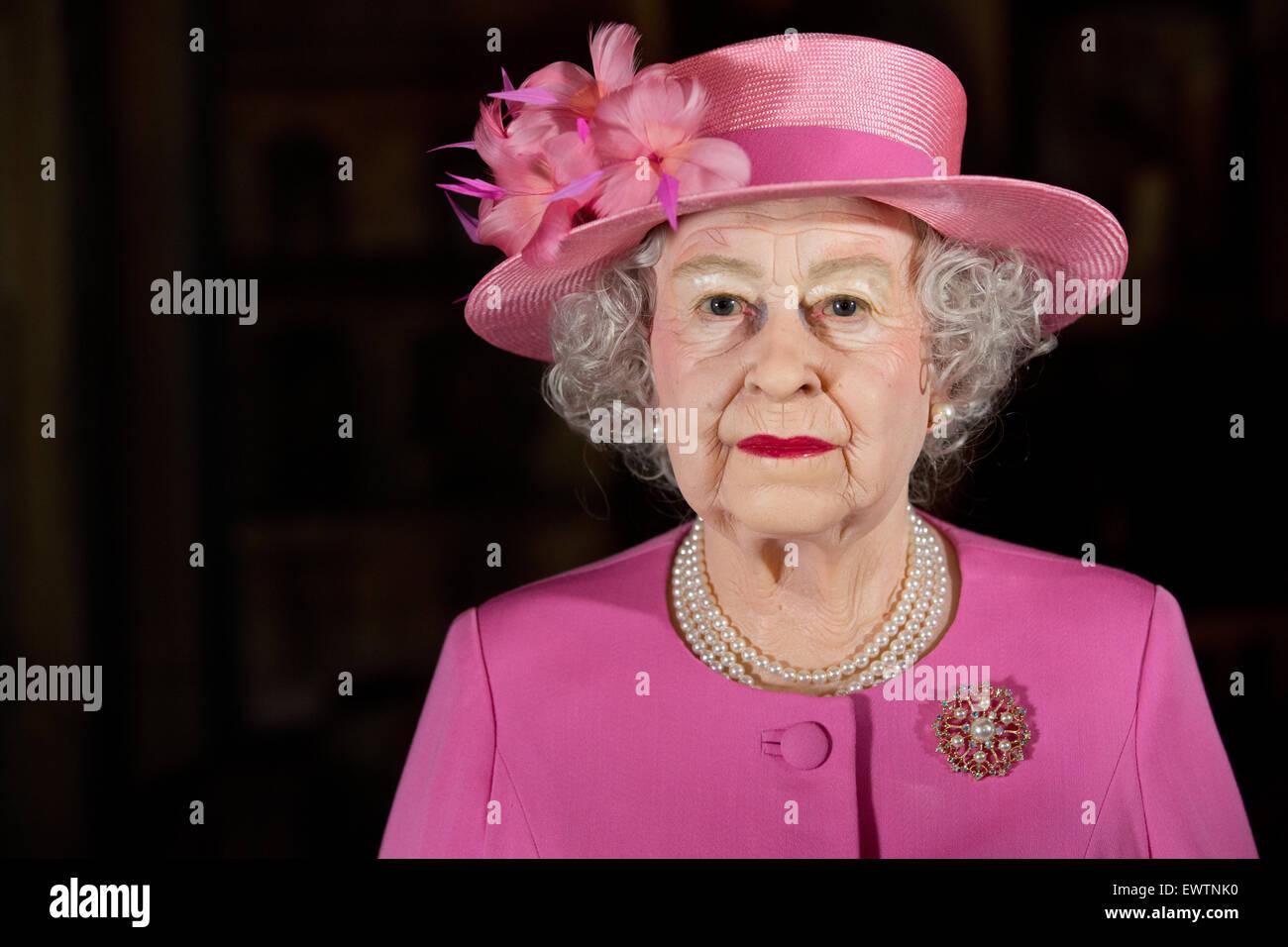 Hamburg, Germany. 01st July, 2015. A wax figure of Britain's Queen Elizabeth II is presented at Panoptikum in - Stock Image