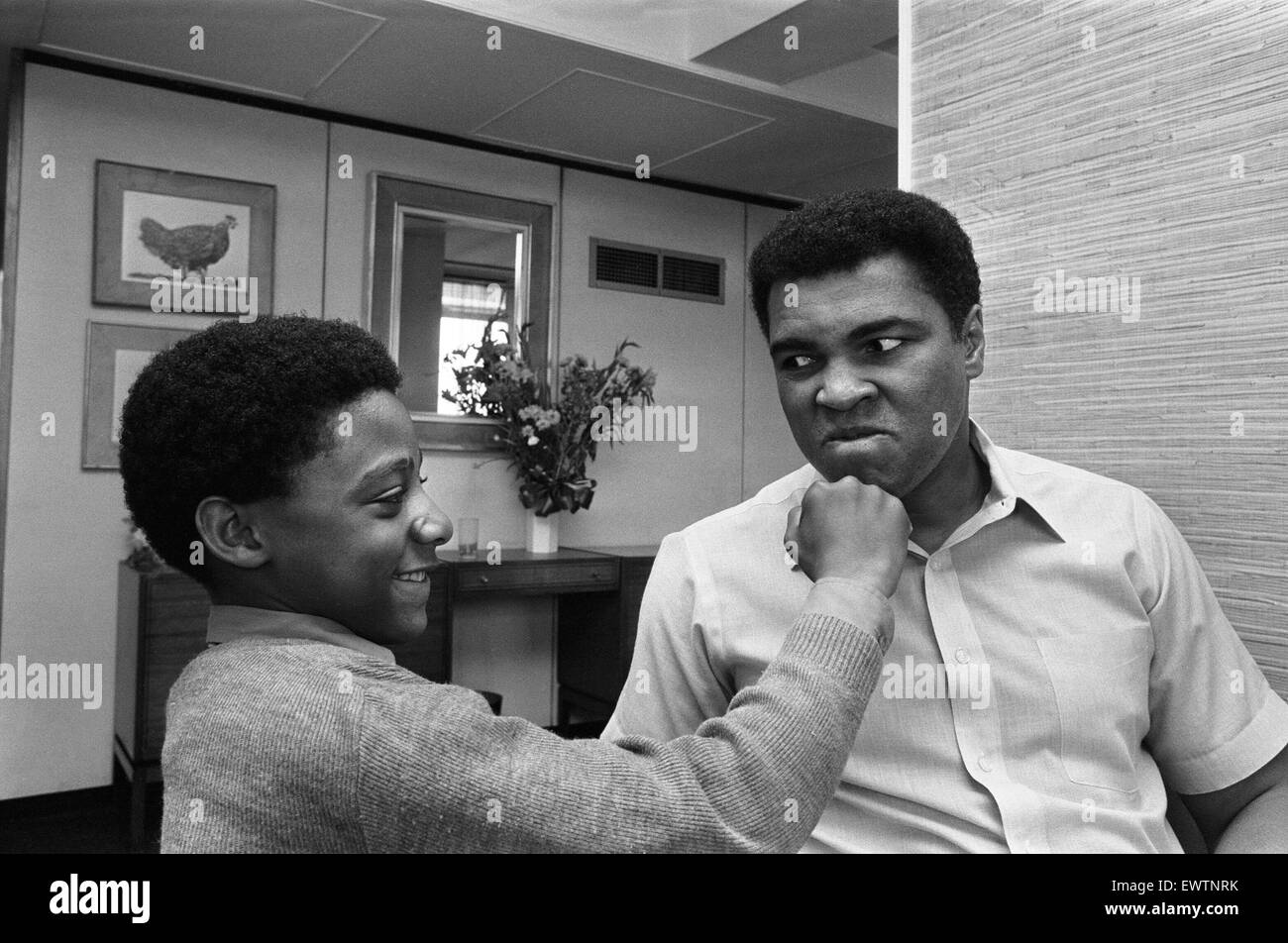 Muhammad Ali with a young fan at the Albany Hotel in Birmingham. 1st May 1984 - Stock Image