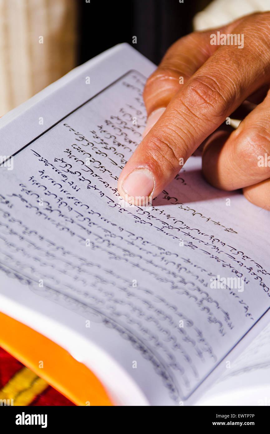 1 Muslim man Reading Quran book - Stock Image