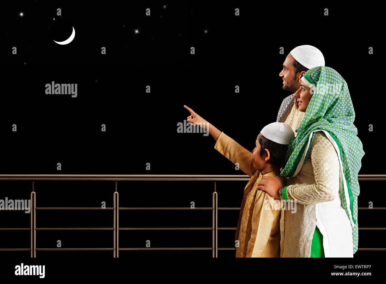 indian Muslim Parents and son showing moon - Stock Image