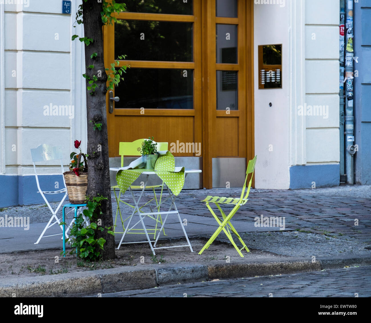 Pavement table prepared for alfresco dining in warm summer weather in Mitte, Berlin - Stock Image
