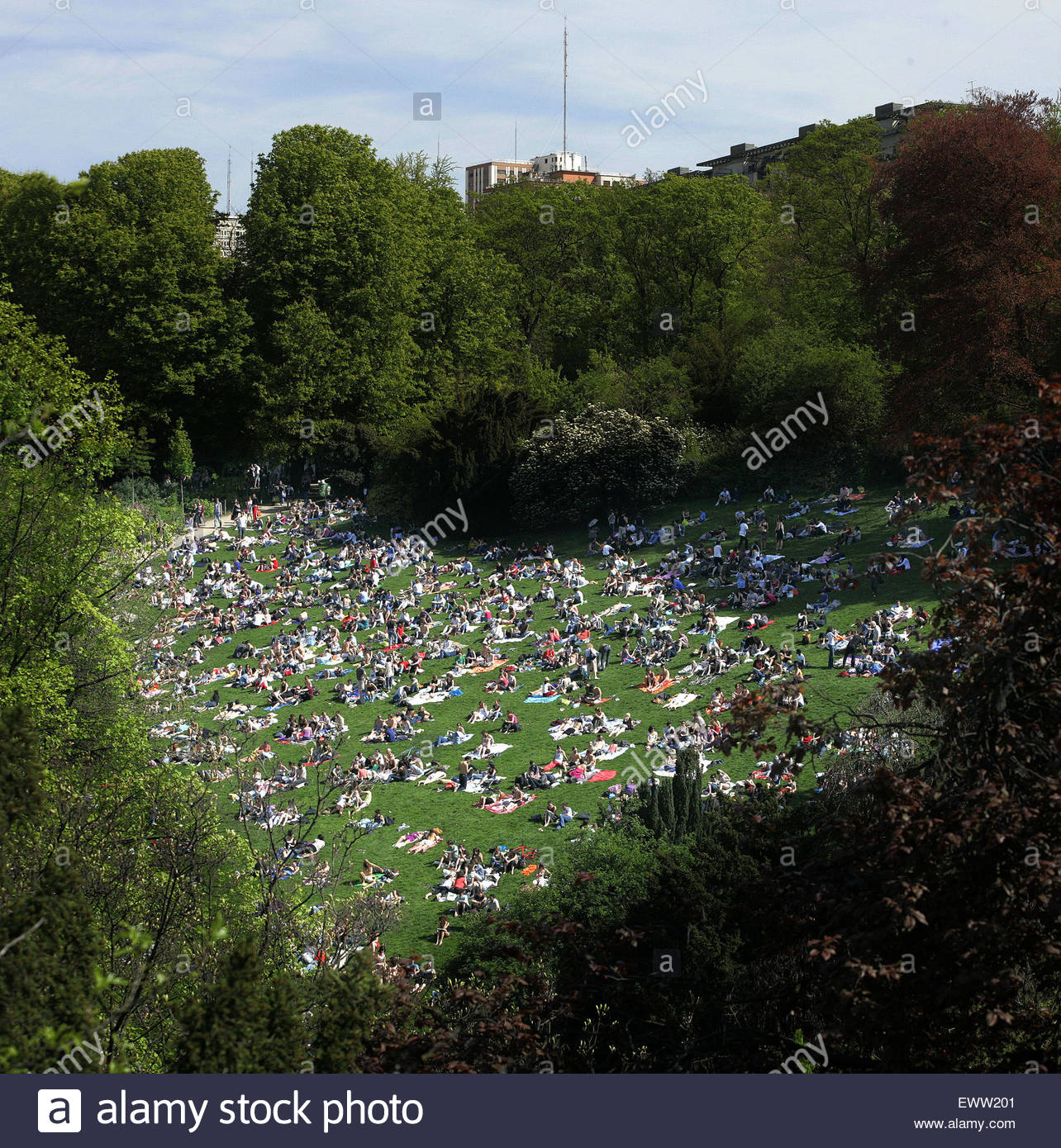 Paris, parc des Buttes Chaumont, heat wave, people on grass - Stock Image
