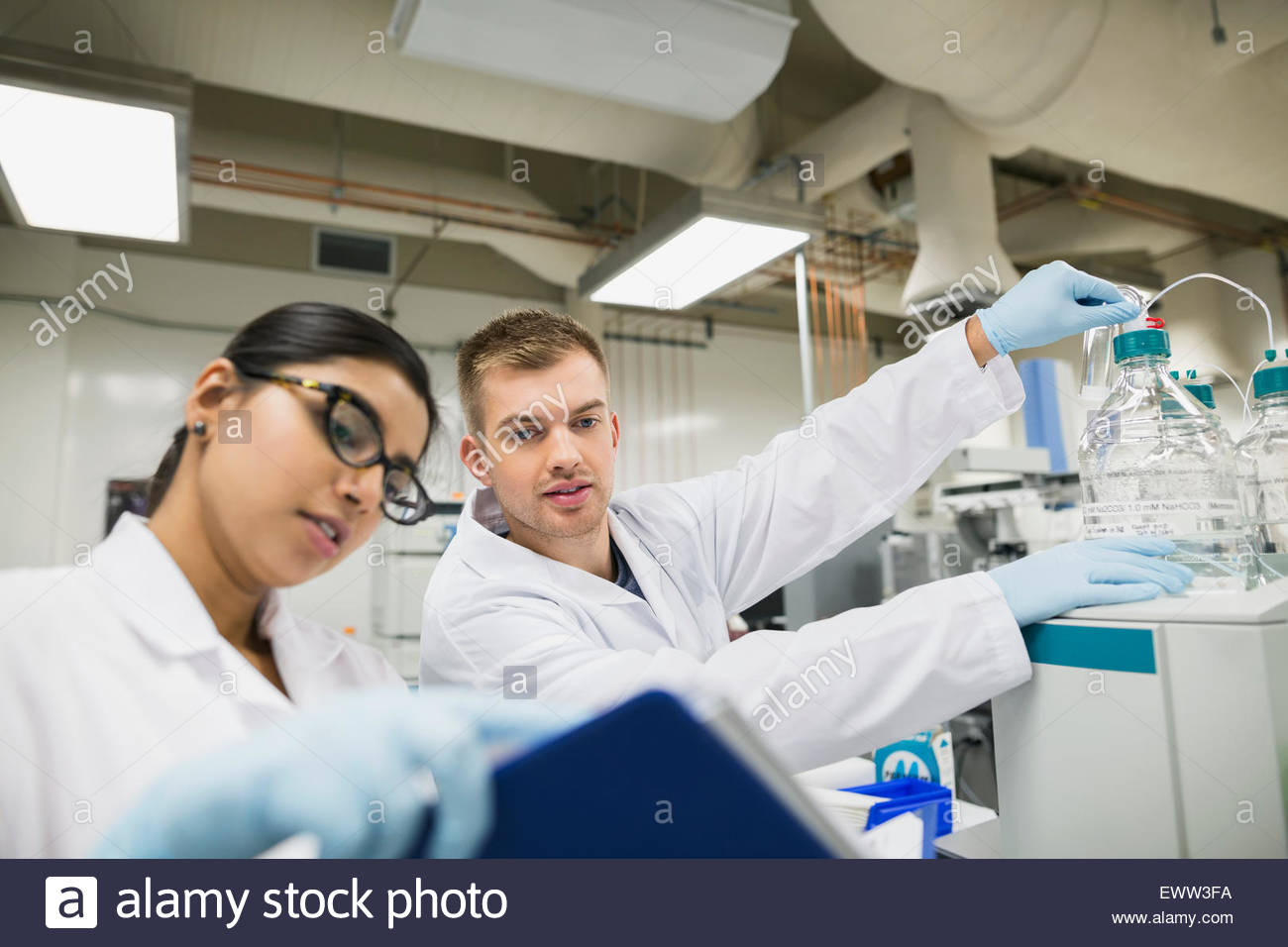 Scientists conducting scientific experiment in laboratory - Stock Image