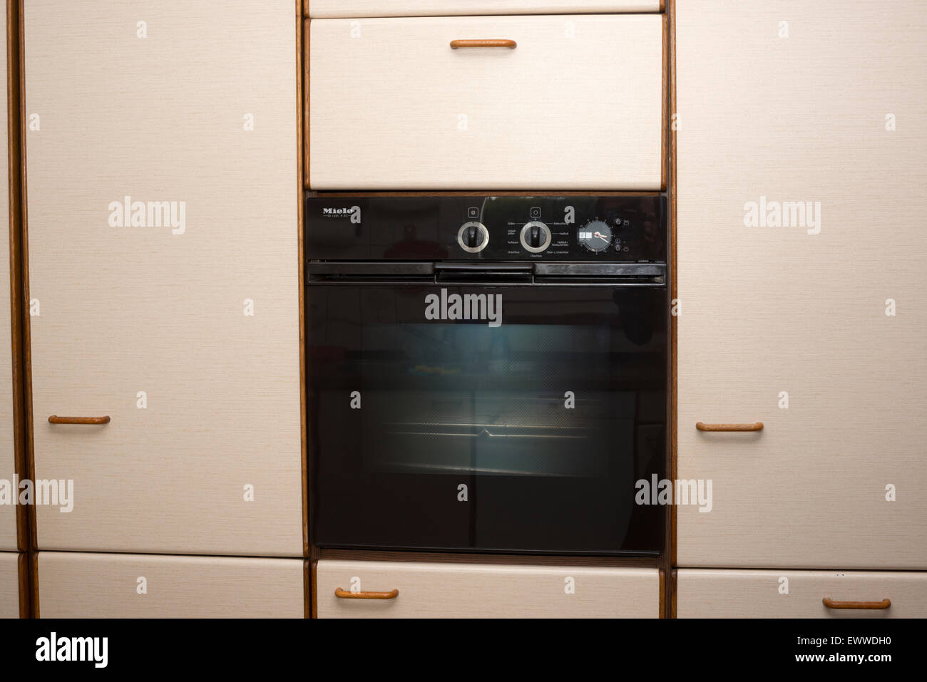 Miele De Luxe H 812 oven fitted into a 1980's kitchen - Stock Image