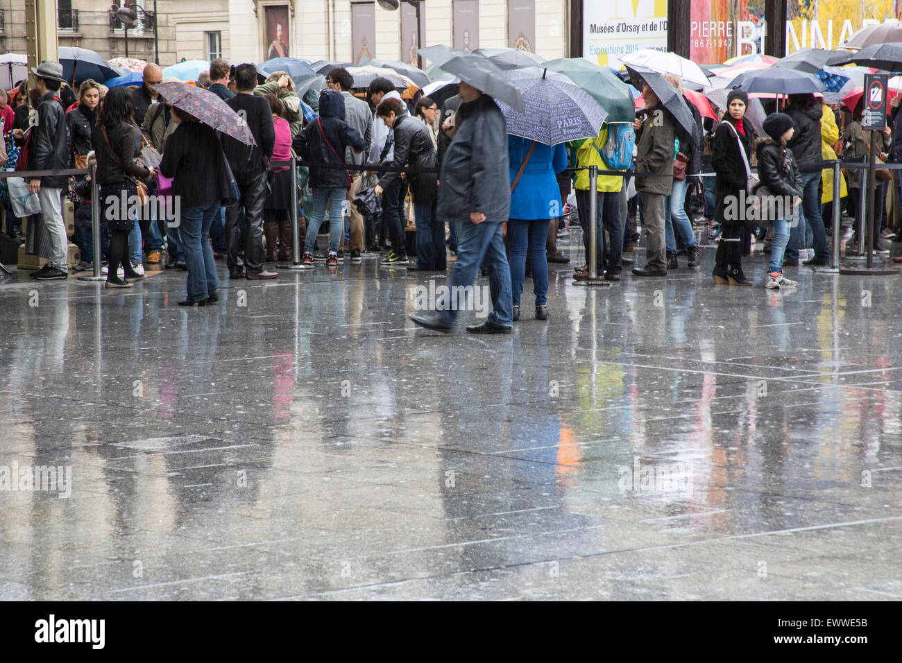 Queuing in the rain Musees d'Orsay Paris - Stock Image