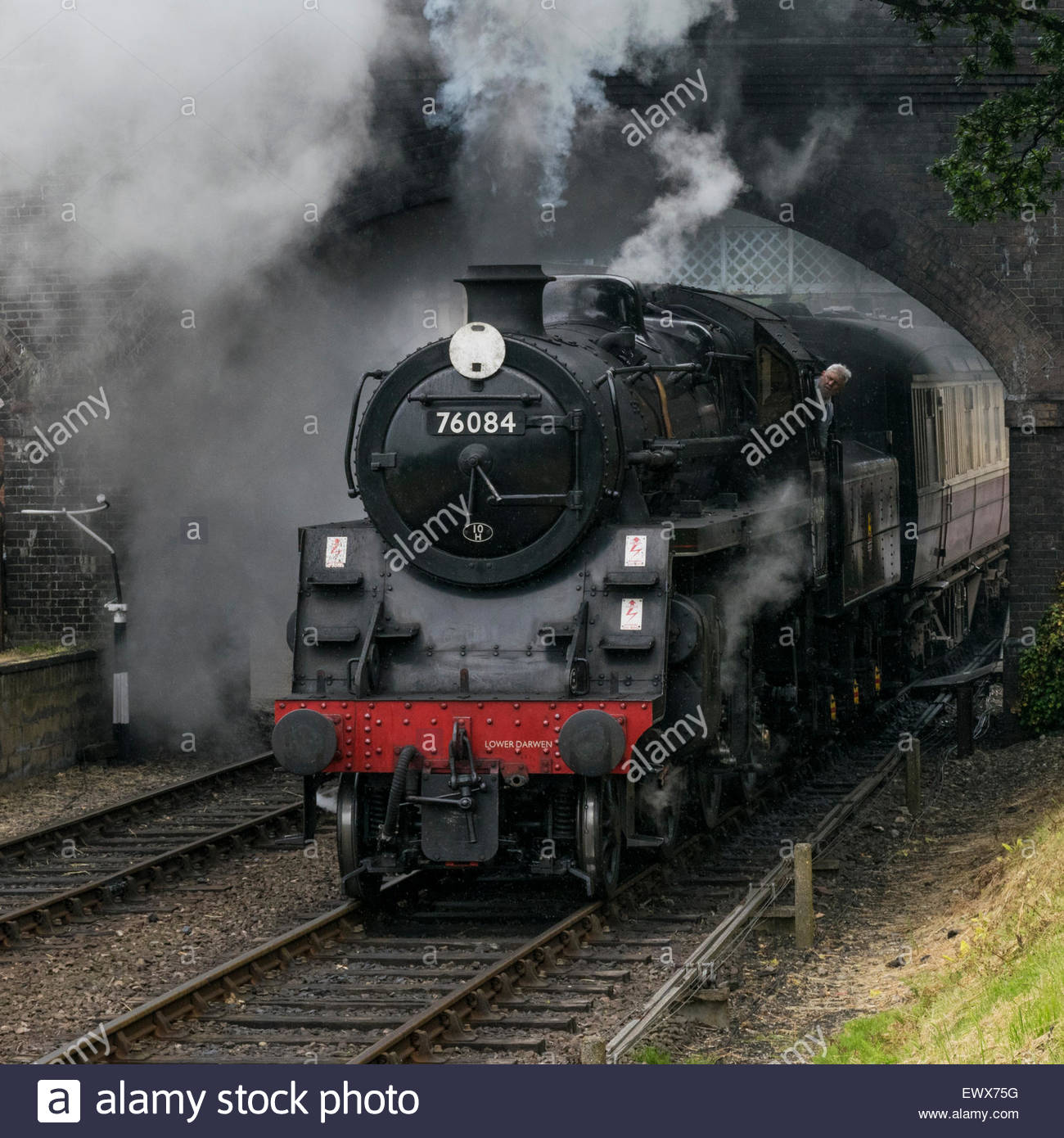 A steam train pulls out of  Weybourne station on the North Norfolk Railway, Norfolk, England, UK - Stock Image