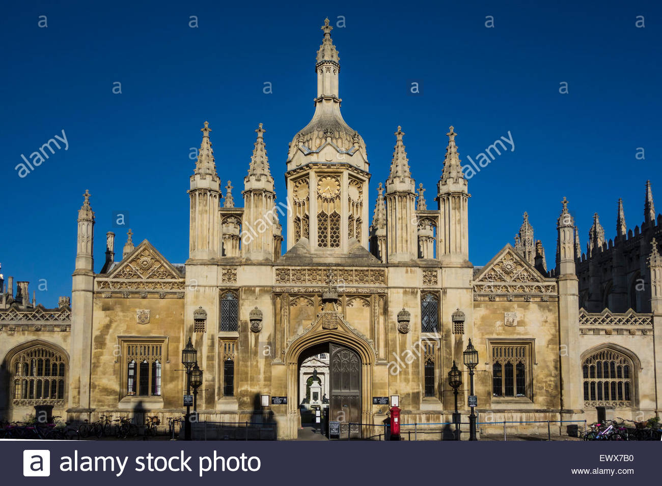 Kings College, Cambridge entrance gate early on a summer morning with a vivid clear blue sky - Stock Image