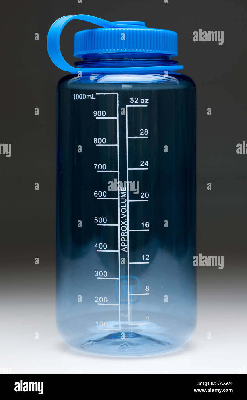 1000ml one litre 32 fluid oz measured clear plastic water bottle with blue screw top and retainer - Stock Image