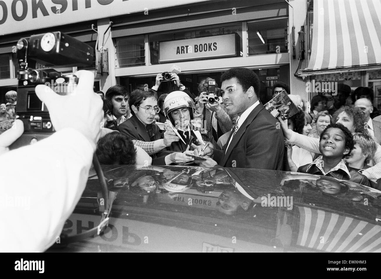 Muhammad Ali signing autographs outside the Odeon in Birmingham. 7th June 1979 - Stock Image