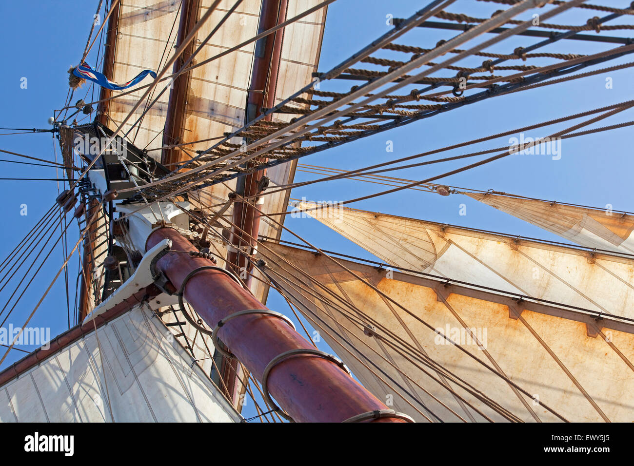 Mast, sails and rigging on board of the Oosterschelde, Dutch three-masted topsail schooner sailing the Atlantic - Stock Image