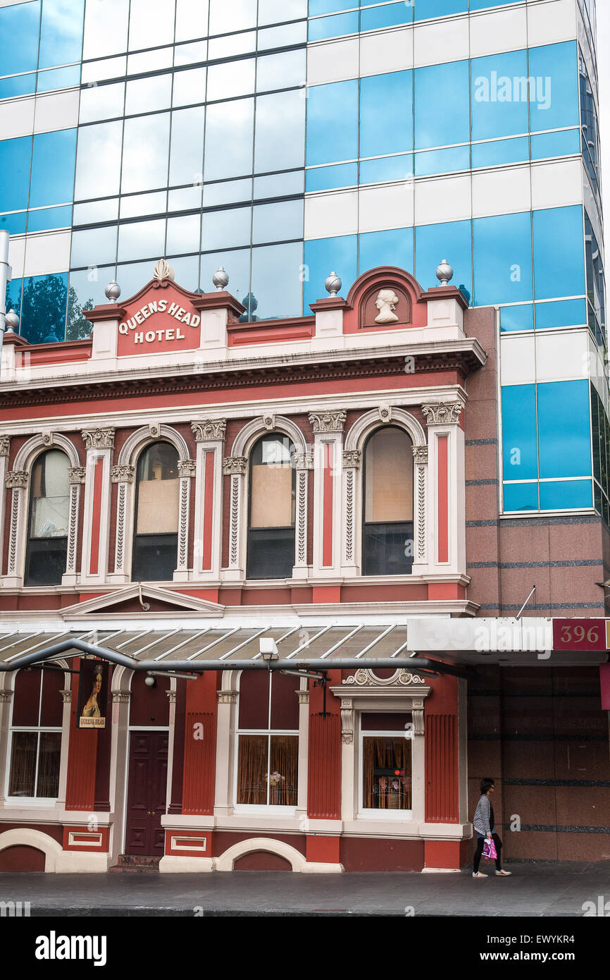 Queens Head,colonial,old Victorian building and modern glass office building on Queen Street,CBD,Downtown,Auckland,New - Stock Image