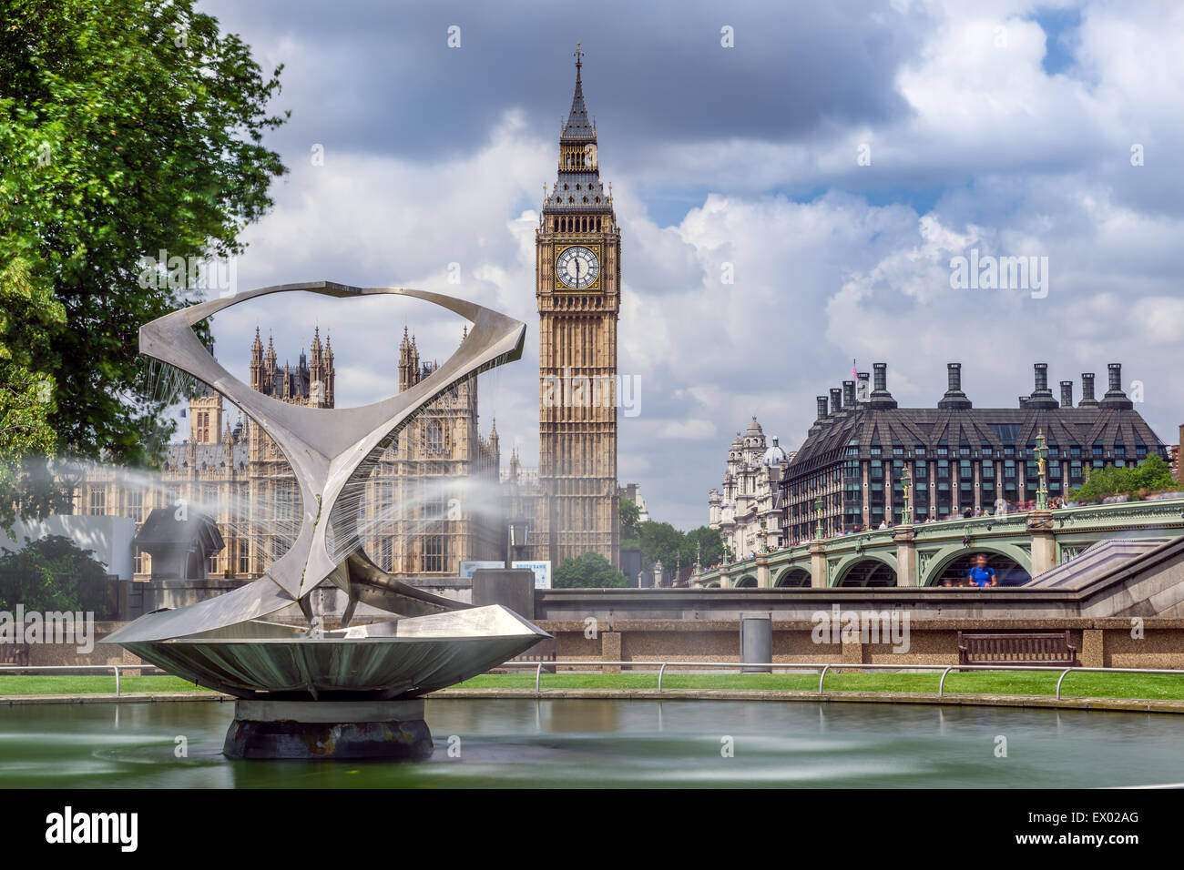 The 'Revolving Torsion' Fountain, St. Thomas' Hospital - Stock Image