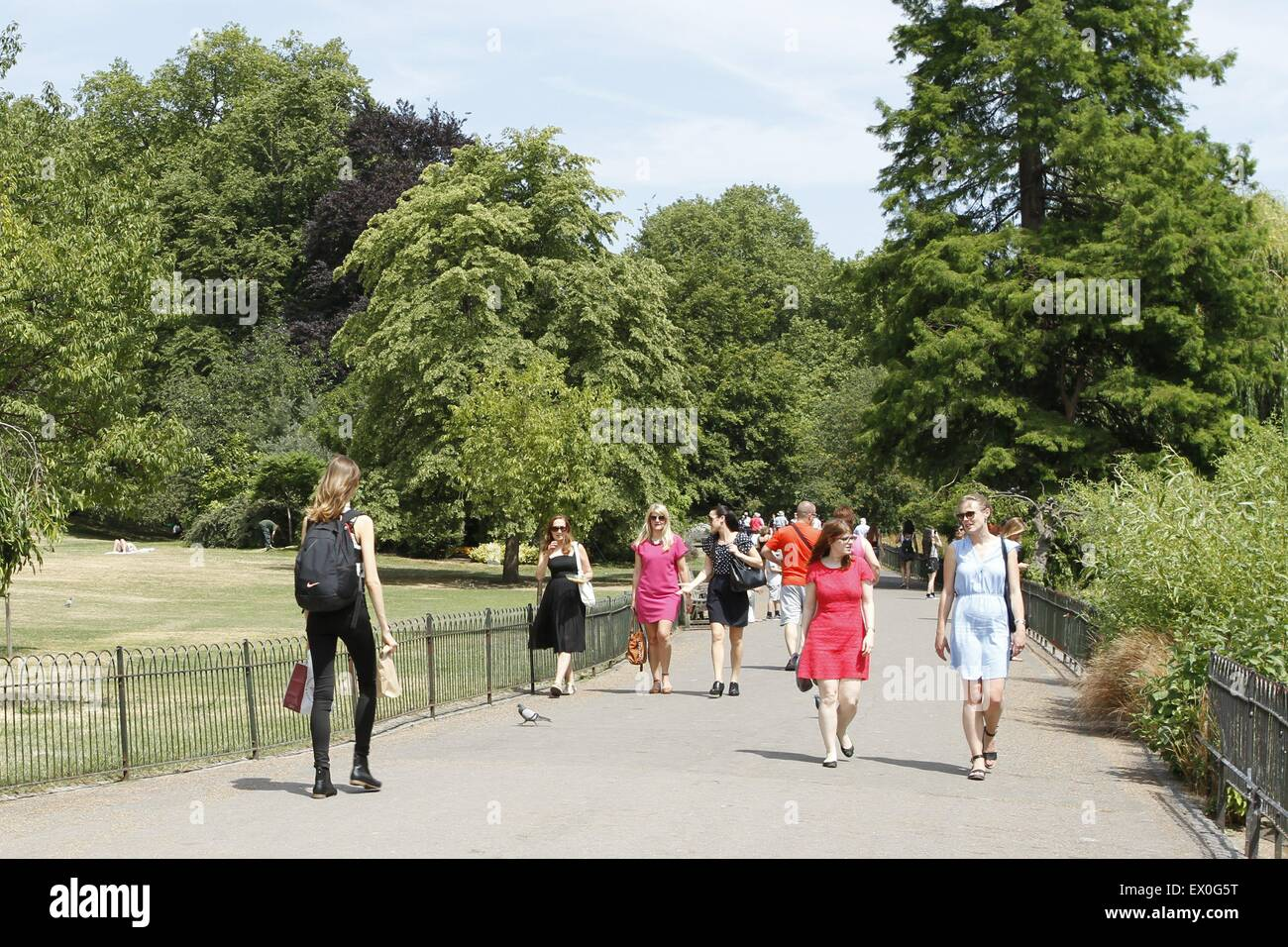 London, UK. 03rd July, 2015. UK weather Tourists enjoy the continued good weather in sunny St. James Park, London, - Stock Image