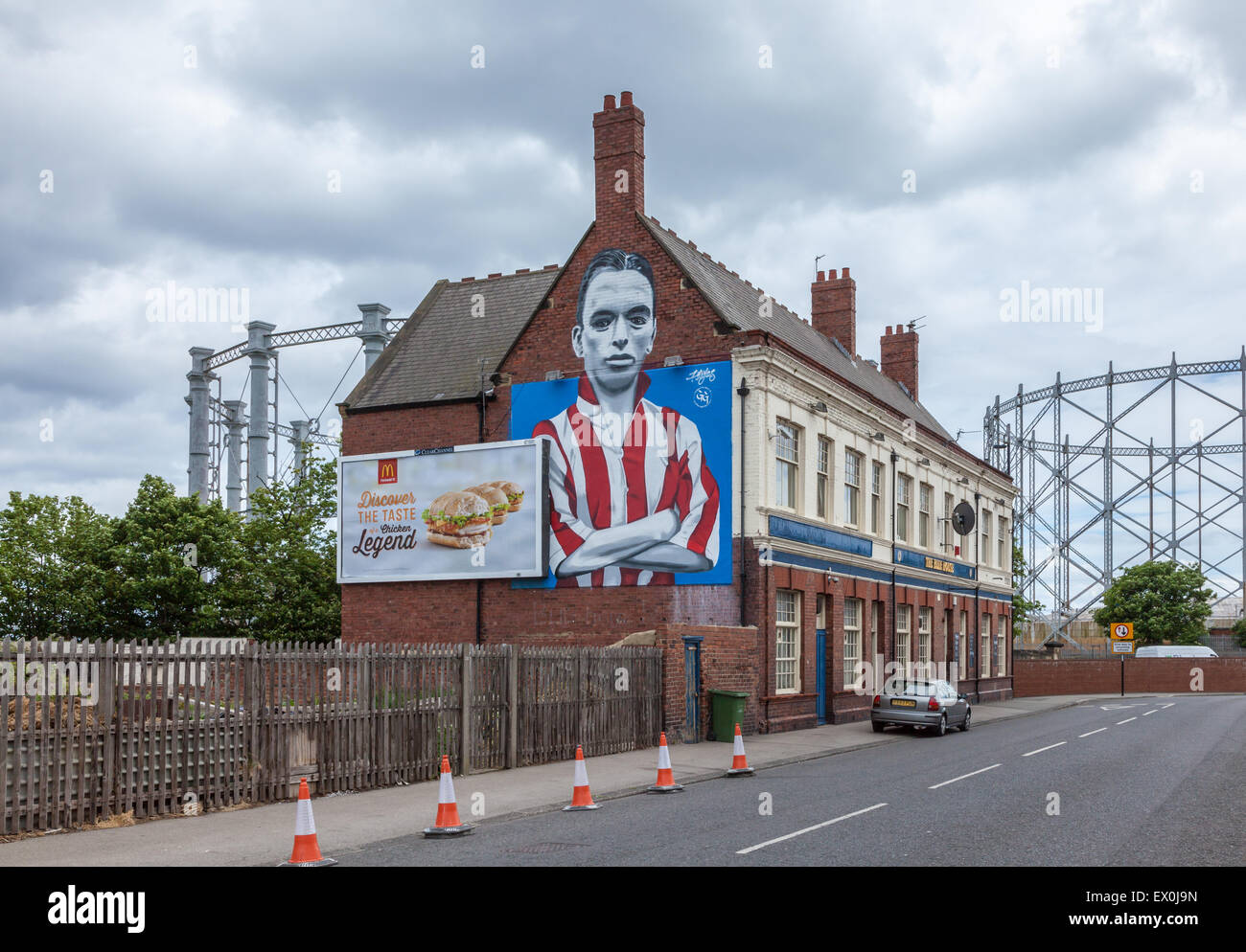 A mural on the wall of The Blue House pub, iof the Sunderland footballer Raich Carter, by  Frank Styles, next to - Stock Image
