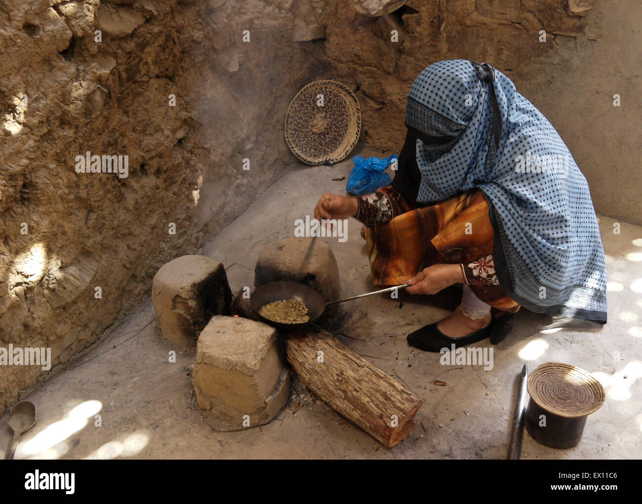 Woman roasting coffee beans, Bait al Safa Museum, Al-Hamra, Sultanate of Oman - Stock Image