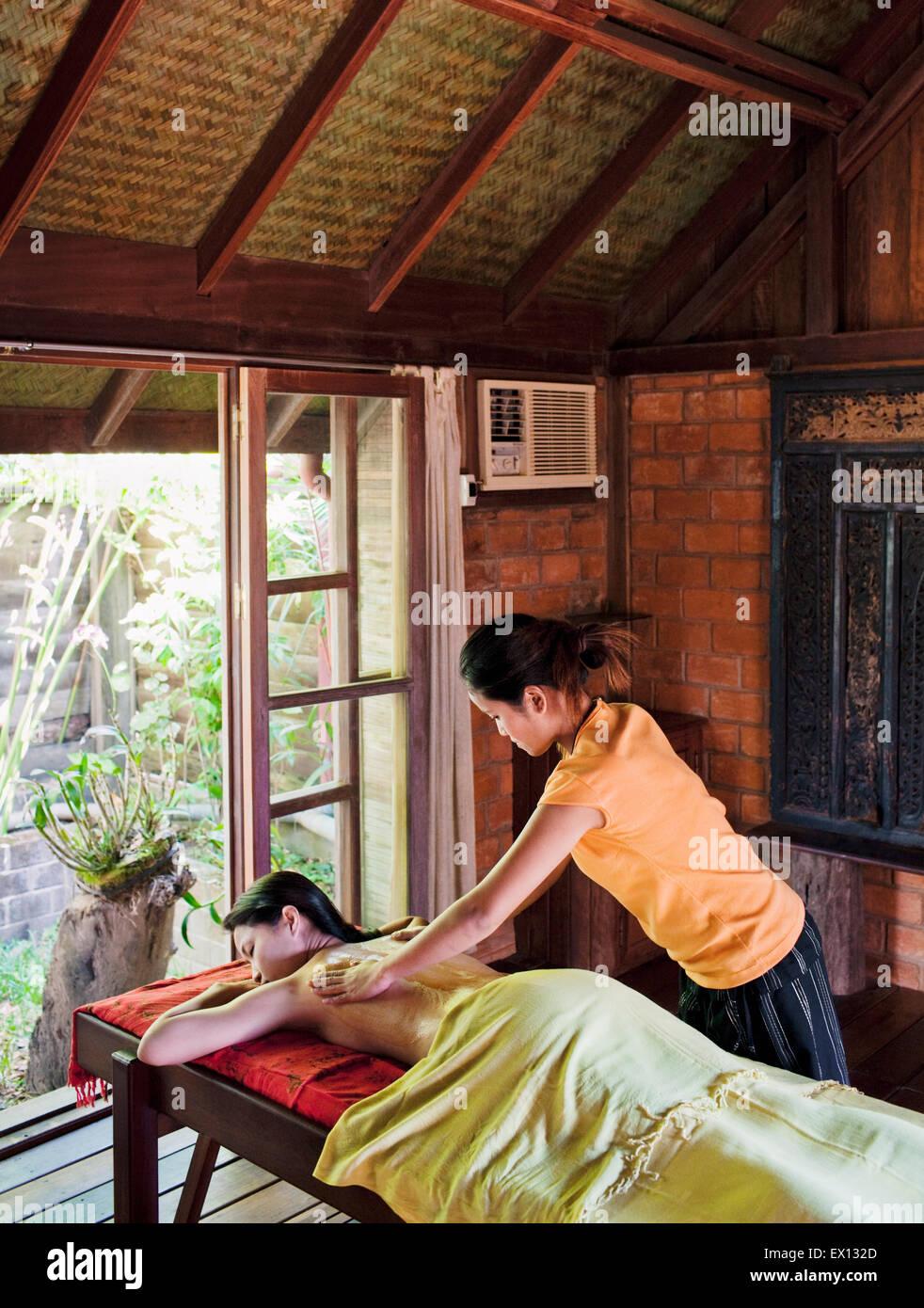 A woman receives a Papaya Scrub at Papaya Spa in Vientiane, Laos. - Stock Image