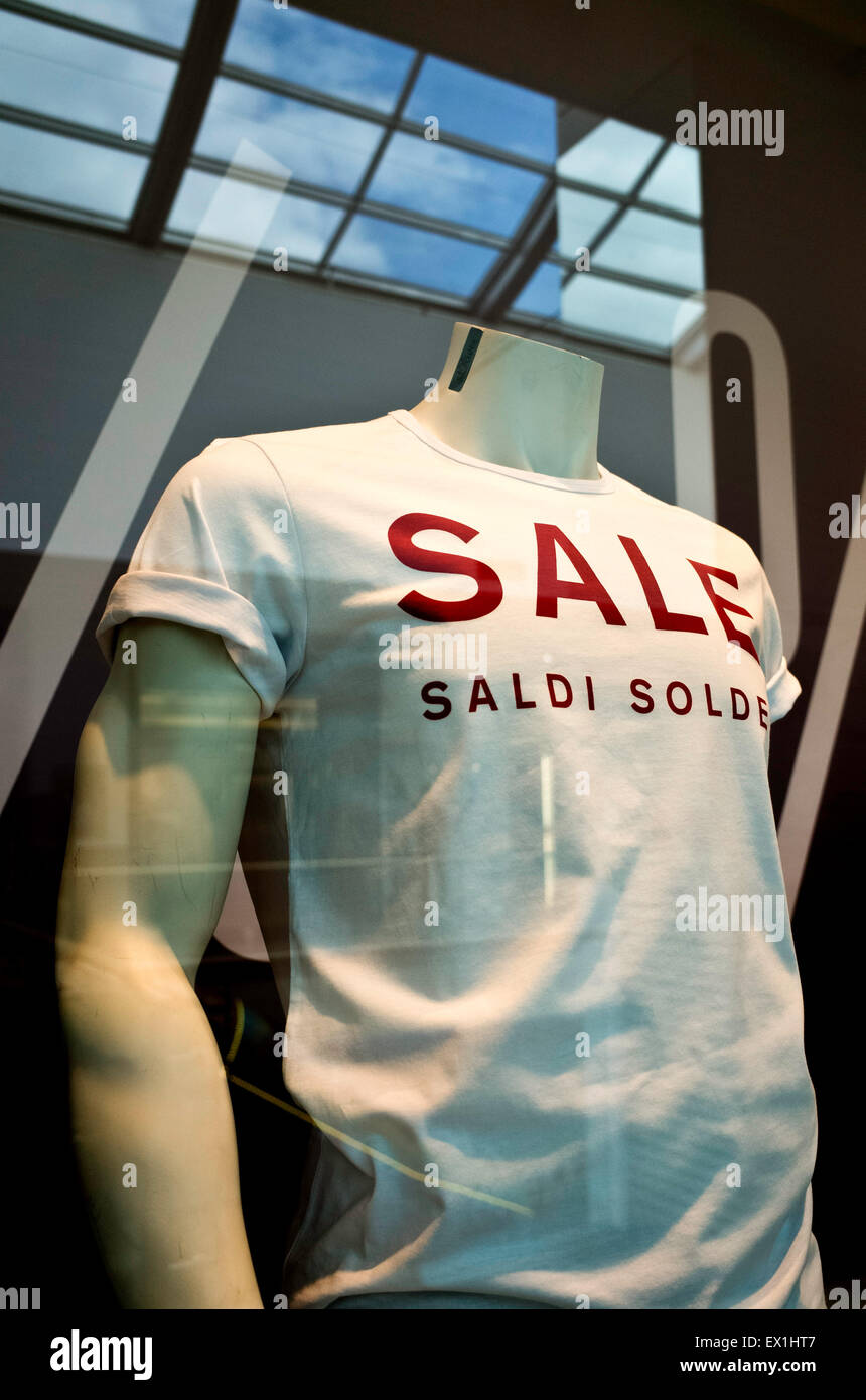 mannequins or dummy in window shop with sale word - Stock Image