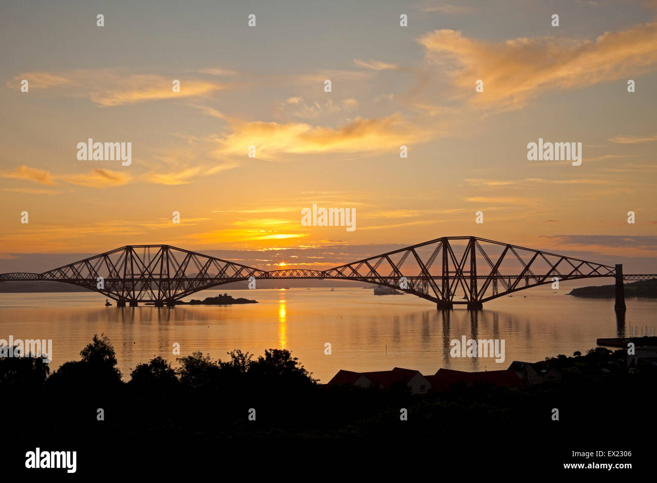 South Queensferry, Edinburgh, Scotland. 5th July, 2015. As the sun rises behind the Forth Rail Bridge the meeting - Stock Image