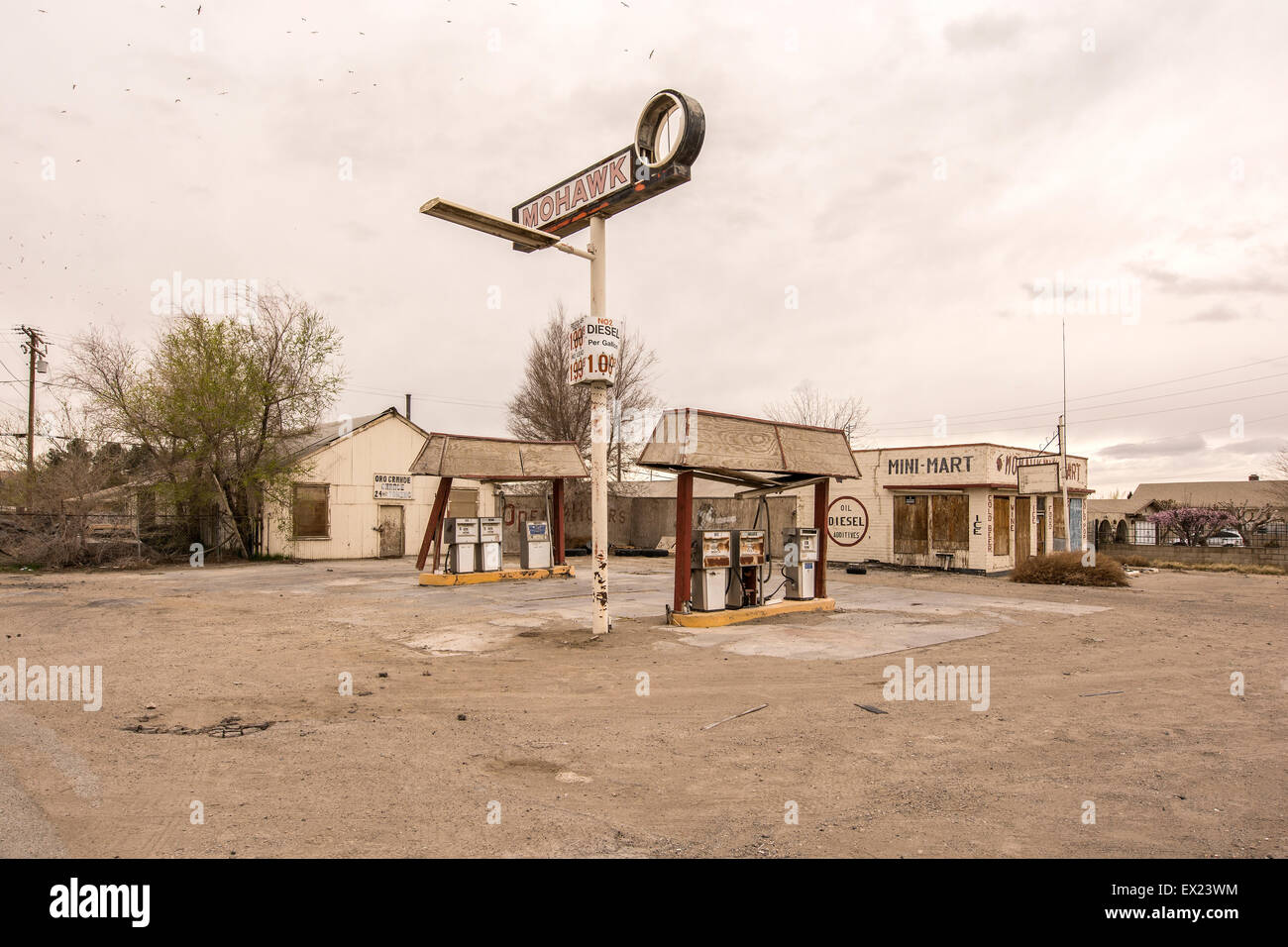 An Old Abandoned Mohawk Gas Station Off Old Route 66 Stock Photo Alamy