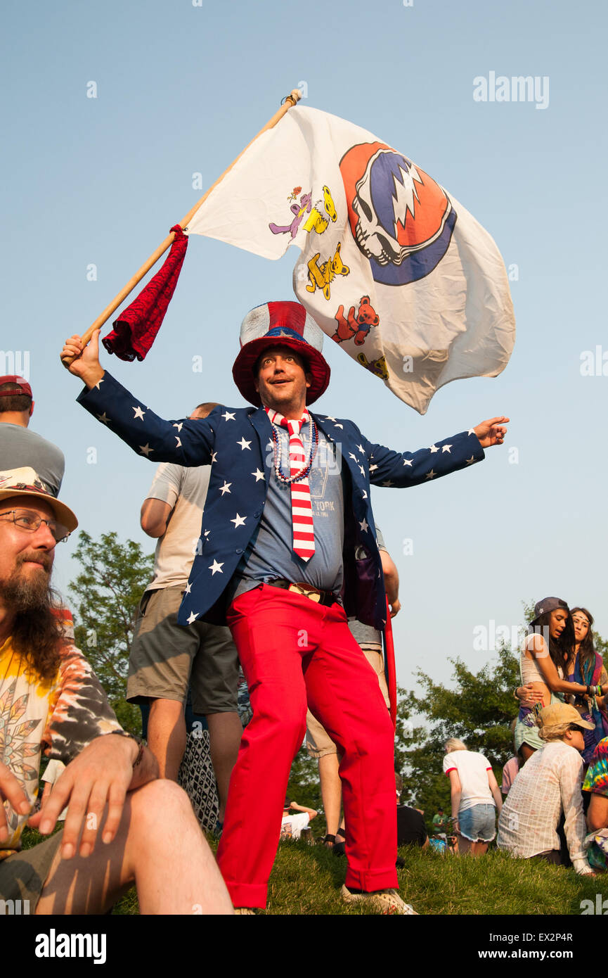 Chicago, Illinois, USA. 4th July, 2015. A Dead fan waves a Grateful Dead flag while standing on a hilltop outside - Stock Image