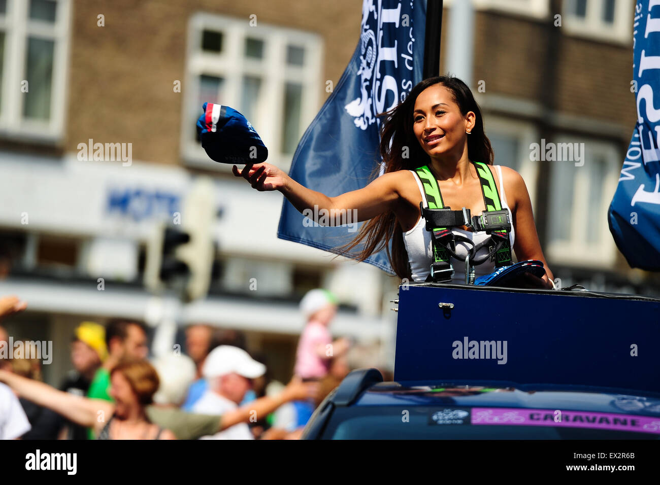Utrecht, Netherlands. 5. July, 2015. A promoter from the Publicity Caravan distributes cycling caps to the public - Stock Image